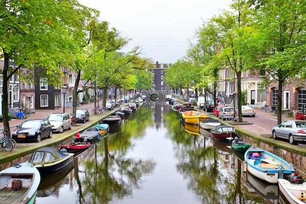Vista del canale di amsterdam con le barche