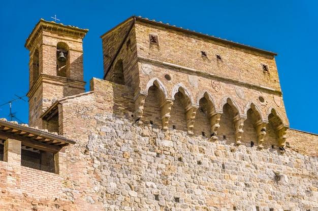 Vista alle antiche mura di san gimignano, toscana, italia