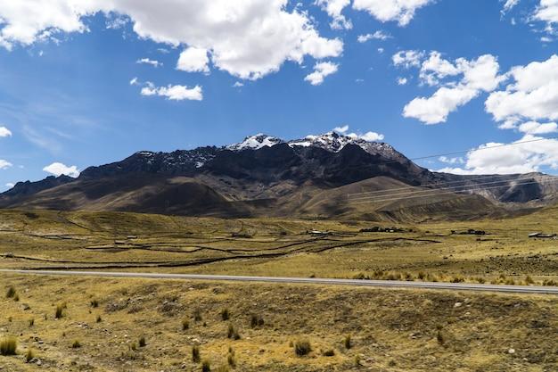 Vista delle ande dall'orient express in perù