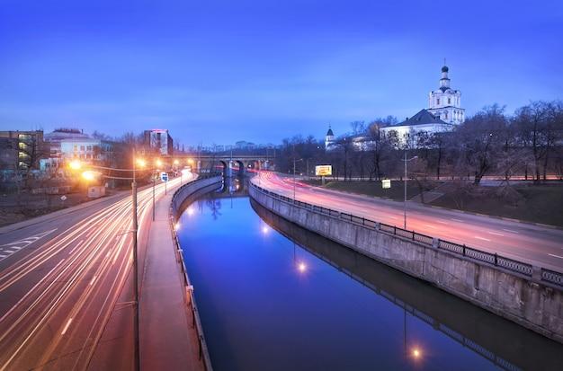 Vista del monastero di andronikov e del fiume yauza a mosca