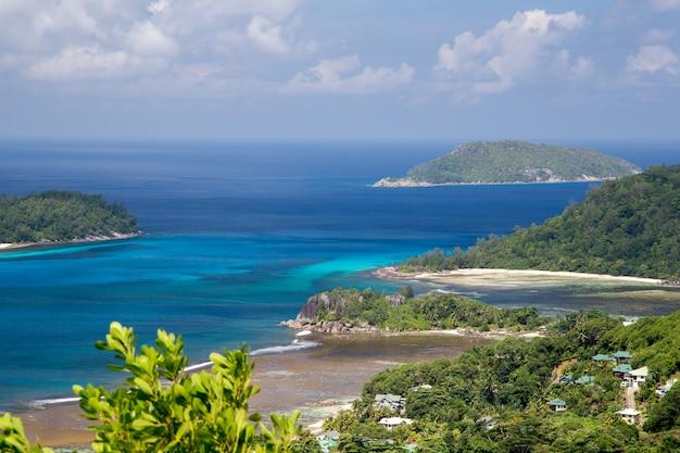 Visualizza altre isole nell'oceano indiano con molte piante verdi
