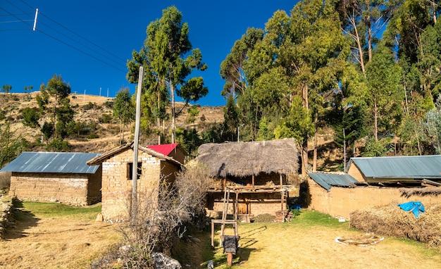 Vista di antacocha, tipico villaggio peruviano nelle ande