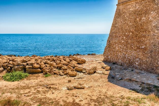 Vista del castello aragonese, isola di capo rizzuto, italia