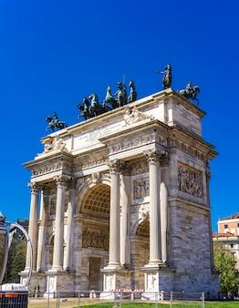 Vista in arco di trionfo (arco della pace) al parco sempione a milano, italia