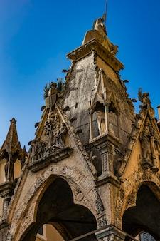 Vista all'arca di cansignorio dalla tomba monumentale della famiglia scala a verona, italy
