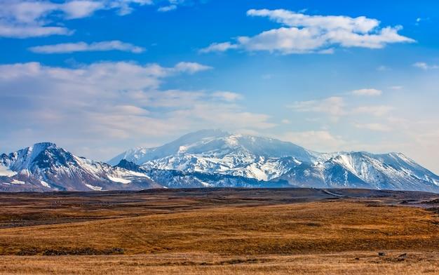 Vista del vulcano mutnovsky autunnale sulla penisola di kamchatka