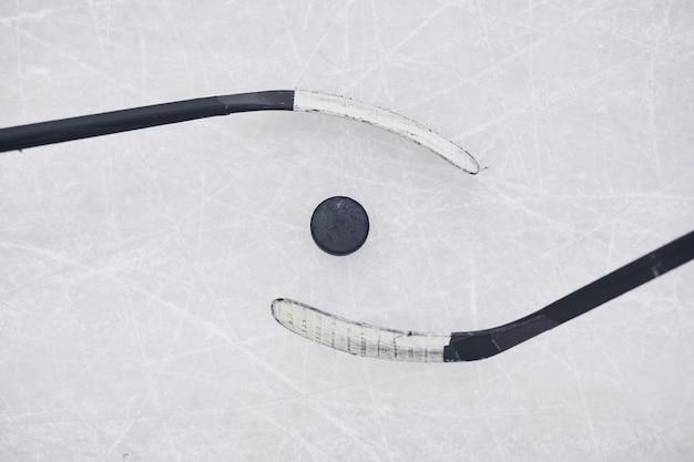 Sopra lo sfondo di vista di due club di hockey pronti per iniziare la partita sulla pista di pattinaggio