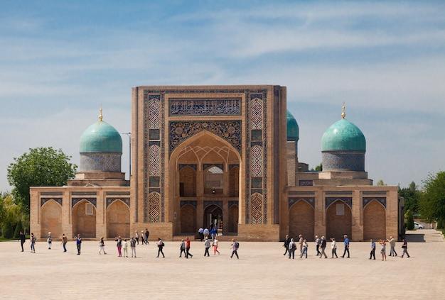 Vista della madrasa di barak khan del complesso khast imam in estate. tashkent. uzbekistan.