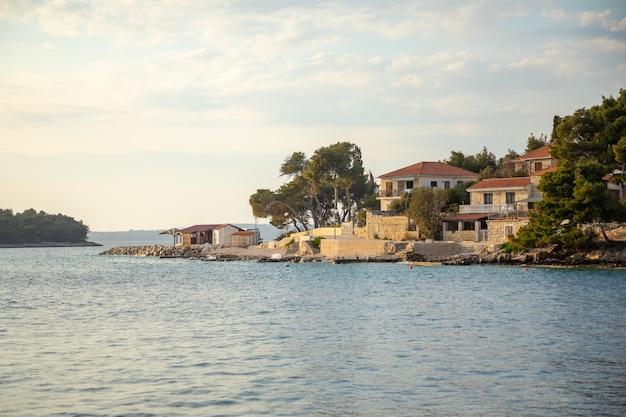 Vista del bar sulla spiaggia punta nel piccolo villaggio di maslinica nell'isola di solta in croazia