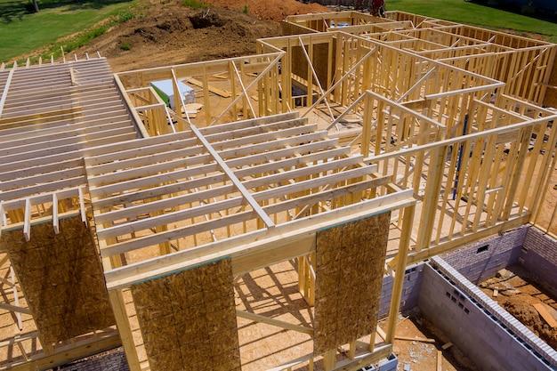 Visualizza l'inquadratura del fascio incompiuta di un muro di sviluppo dell'edilizia residenziale dell'appartamento