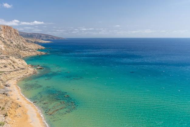 Vista del bellissimo mare blu con scogliere sull'isola di creta