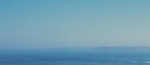 Vista di una bellissima costa dell'oceano atlantico in europa, vacanza di viaggio e concetto di destinazione perfetta per le vacanze
