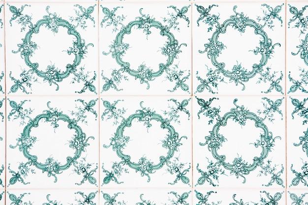 Vista di un bellissimo azulejo floreale verde su un muro.