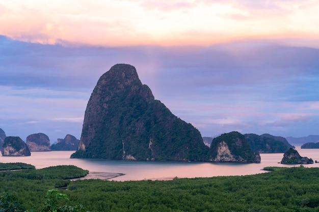 Vista della bellissima isola di montagna al punto di vista di sametnangshe con cielo crepuscolare serale, thailandia
