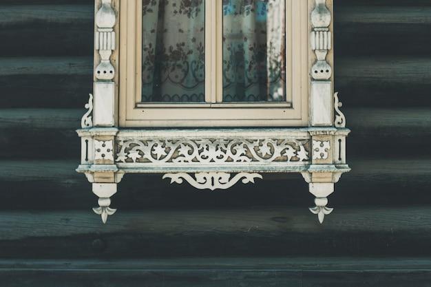Vista di una bella vecchia finestra in legno