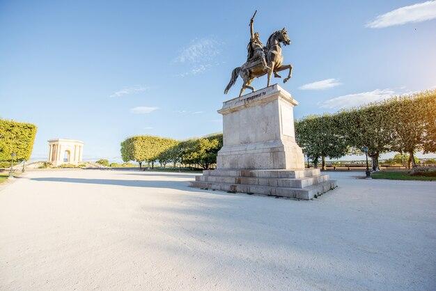 Vista sulla bellissima passeggiata peyrou con la statua di louis nella città di montpellier durante la luce del mattino nel sud della francia