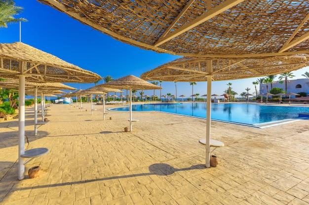 La vista sulla bellissima piscina palme ombrelloni