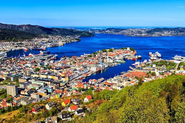 Vista su bergen e sul porto dalla cima della montagna
