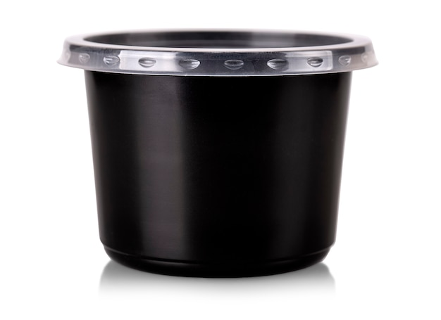 Vista del contenitore per alimenti monouso in plastica nera con coperchio trasparente isolato su bianco