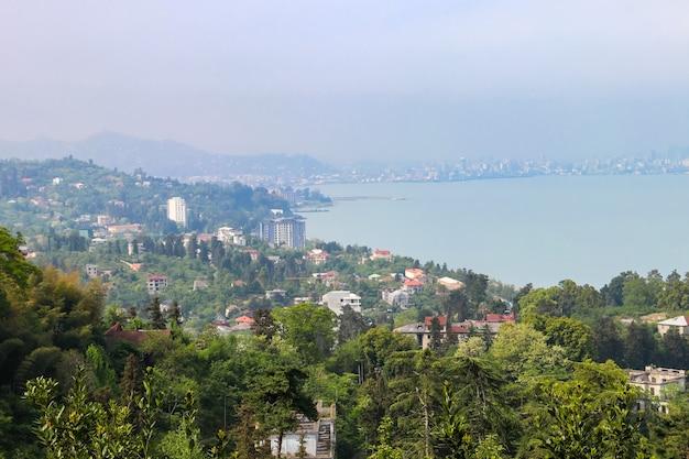 Vista della costa del mar nero dal giardino botanico di batumi, georgia
