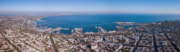 Vista sul mar nero con il porto e parte della città di odessa contro il cielo blu in una giornata estiva. vista aerea dal drone