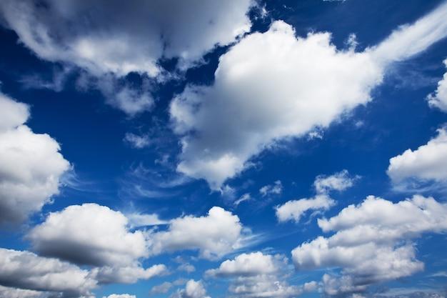 Vista delle nuvole blu nel cielo