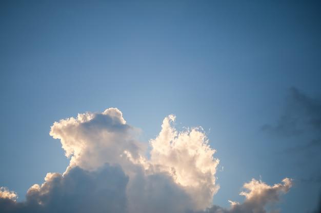 Vista del cielo blu con panorama di nuvole, utilizzando come sfondo o sfondo del paesaggio naturale.
