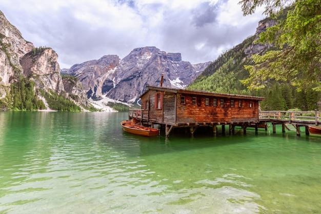 Vista della casa barca sul famoso lago di braies con acqua color smeraldo