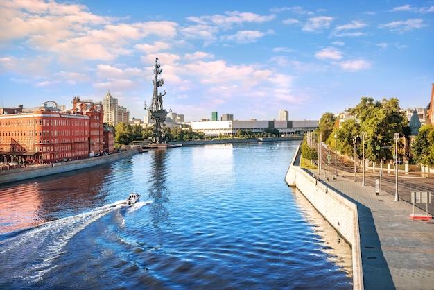 Vista della barca sul fiume moscova e il monumento a pietro il grande a mosca dal ponte patriarcale al sole del mattino