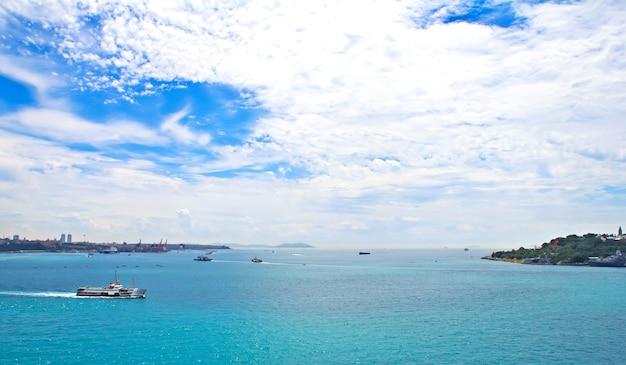 Vista dello stretto del bosforo con traghetti, istanbul turchia