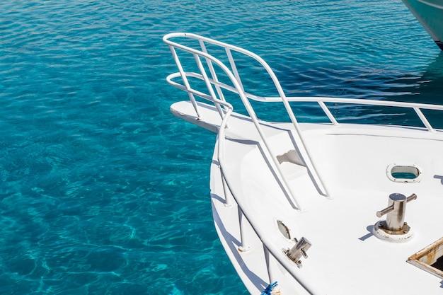 Vista sulla prua dello yacht a vela durante la crociera