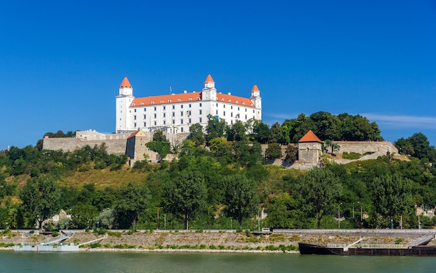 Vista del castello di bratislava dal fiume danubio