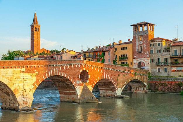 Vista sul ponte pietra a verona sul fiume adige, regione veneto, italia. paesaggio mattutino estivo