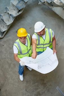 Sopra la vista dei costruttori che tengono i modelli