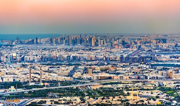 Vista di bur dubai, creek, deira e sharjah - gli emirati
