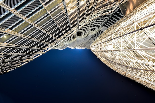 Vista del burj khalifa dal basso a dubai negli emirati arabi uniti