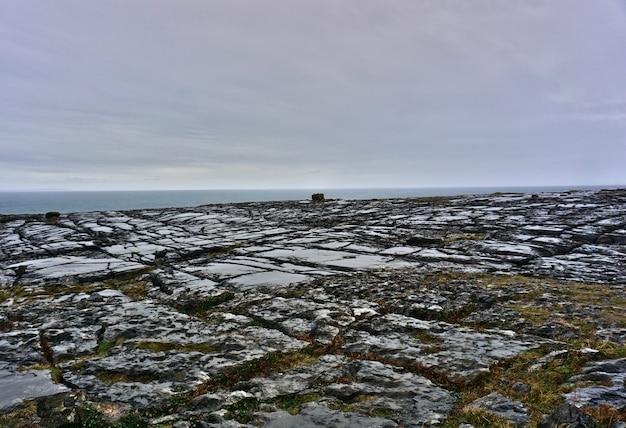 Vista del parco nazionale del burren. paesaggio turistico panoramico, patrimonio mondiale dell'unesco e geoparco globale.