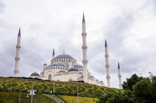 Vista della moschea camlica con giardini di fronte, tempo nuvoloso ad istanbul in turchia