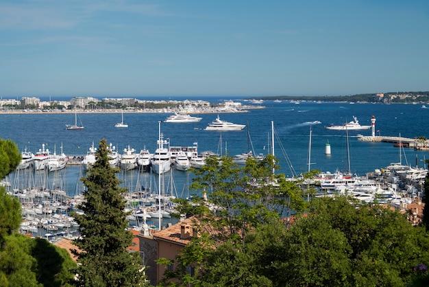 Vista del porto di cannes con yacht di lusso