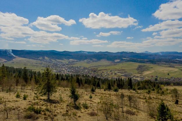 Vista del paesaggio dei monti carpazi in una giornata estiva nuvolosa