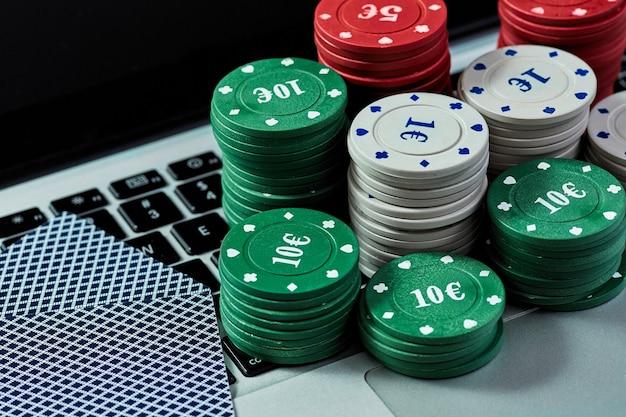 Vista delle carte con fiches del casinò sul laptop per giocare online