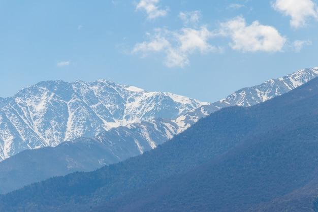 Vista sulle montagne caucasiche in georgia