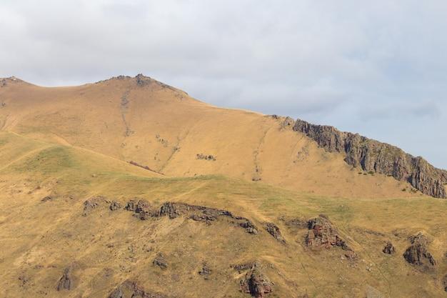 Vista sulle montagne del caucaso in georgia