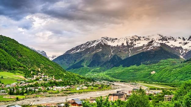 Vista delle montagne del caucaso a mestia svaneti superiore, georgia