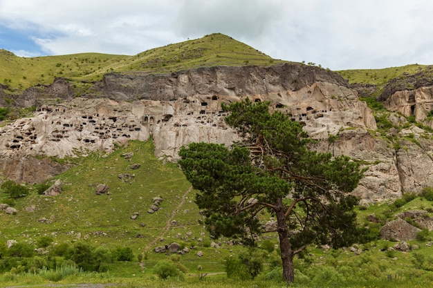 Vista del monastero rupestre di vardzia georgia. vardzia è un sito di un monastero rupestre scavato