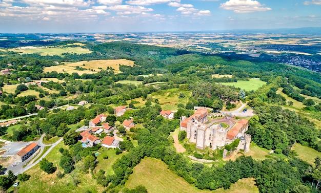 Vista del castello di chazeron, un castello nel dipartimento del puy-de-dome della francia