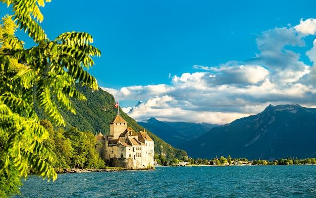 Vista del castello di chillon sul lago di ginevra in svizzera