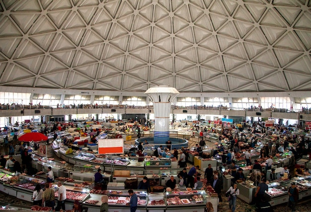 Vista del mercato di chorsu dall'interno dal secondo piano. tashkent uzbekistan.