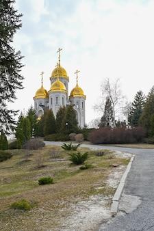 Vista della chiesa di tutti i santi nel memoriale di guerra della collina di mamayev a volgograd. tema ortodosso russo.