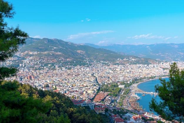 Vista della città di alanya - una delle località più famose della turchia durante l'estate